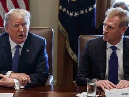 El actual 'número dos' del Pentágono, Patrick Shanahan (derecha), con el presidente de EE UU, Donald Trump, en la Casa Blanca el pasado abril.