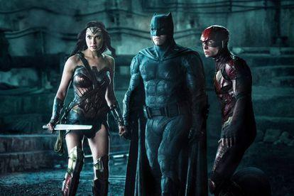 De izquierda a derecha: Gal Gadot (Wonder Woman), Ben Affleck (Batman) y Ezra Miller (Flash), en 'La liga de la justicia'.