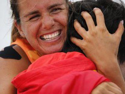 Alabau, abraza a su entrenador Nicolas Bedou tras ganar el oro en RS:X