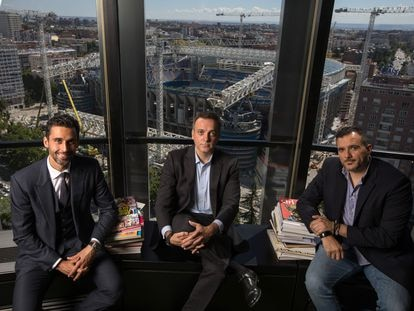 Álvaro Arbeloa (izquierda), junto a sus hermanos Yago (centro) y Raúl, en la sede de MioGroup en Madrid.