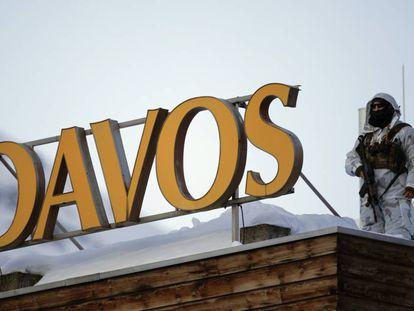 Un miembro de la seguridad del Foro Económico Mundial vigila la azotea de un hotel en Davos (Suiza).