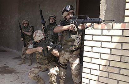 Soldados españoles disparan en la base de Nayaf para repeler el ataque.