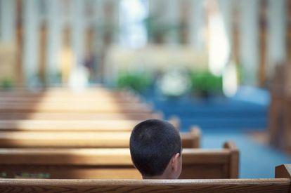 Un niño en una iglesia.
