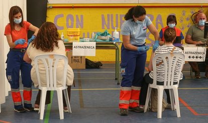 Un profesor se pone la segunda dosis de AstraZeneca en Gines (Sevilla) el 26 de mayo de 2021.