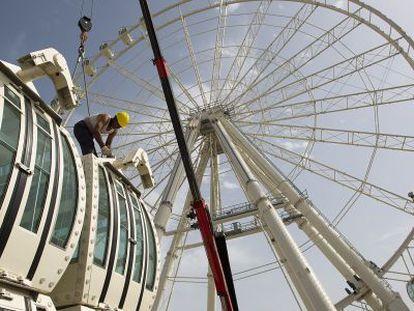 Un operario trabajaba ayer en el montaje de la noria gigante.