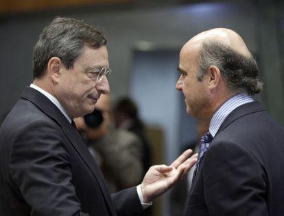 El presidente del BCE, Mario Draghi, y el ministro de Economía, Luis de Guindos
