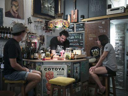 La barra de El Singlot, con Pepe López sirviendo una cerveza.