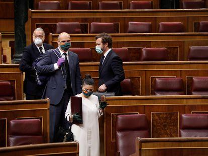 El portavoz parlamentario de Vox, Iván Espinosa de los Monteros (a la derecha), y sus compañeros de su partido, ayer miércoles en el Congreso.