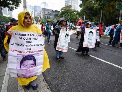 Familiares de los 43 estudiantes de Ayotzinapa marchan en Ciudad de México.