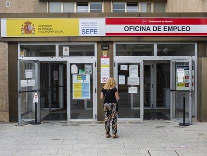Una mujer a las puertas de una oficina del SEPE y una oficina de empleo de la Comunidad de Madrid, este jueves.
