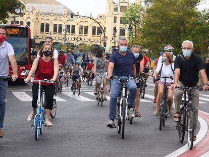 El alcalde de Valencia, Joan Ribó, y el concejal de Movilidad Sostenible, Giuseppe Grezzi, en el Día de la Bicicleta.