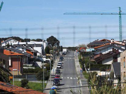 Dos grúas se alzan frente a edificios de reciente construcción en Sopela (Vizcaya).