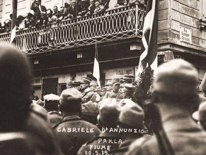 Gabriele D'Annunzio se dirige a los ciudadanos de Fiume en 1919.