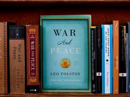 Ediciones en inglés de las obras de León Tólstoi en la librería City Lights de San Francisco.