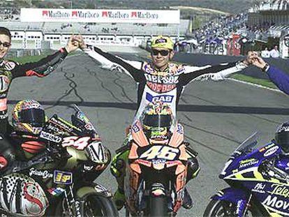 Manuel Poggiali, Vallentino Rossi y Daniel Pedrosa, los tres campeones del mundo, ayer en el circuito de Cheste.