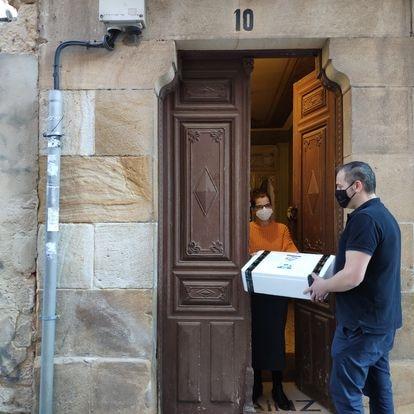 Marino García entrega a domicilio un pedido realizado desde la plataforma soriana.