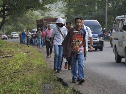 Una nueva caravana de al menos un millar de personas, la mayoría jóvenes, familias y bebés, sale desde San Pedro Sula rumbo a Estados Unidos