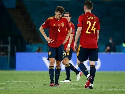 Pau Torres y Laporte, durante el España-Polonia del pasado sábado en Sevilla. / ALEJANDRO RUESGA