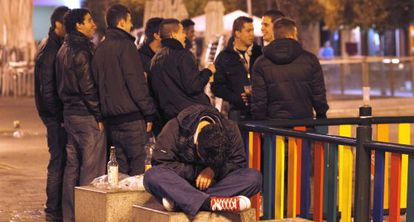 Un grupo de jóvenes bebe en un parque de Madrid.