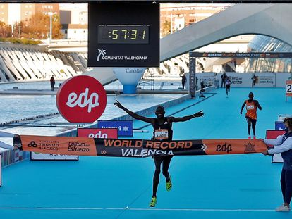 El atleta keniata Kibiwott Kandie cruza la meta en el medio maratón de Valencia.