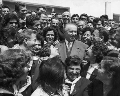 Enver Hoxha, rodeado de albaneses el 25 de noviembre de  1967.
