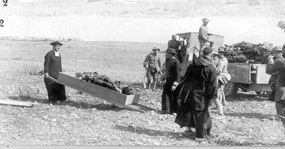 Recogida de cadáveres tras el desastre de Annual.