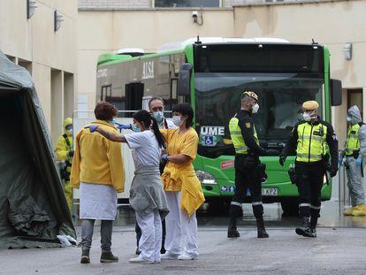 Traslado de enfermos por la pandemia de coronavirus desde el Hospital Gregorio Marañón en Madrid.