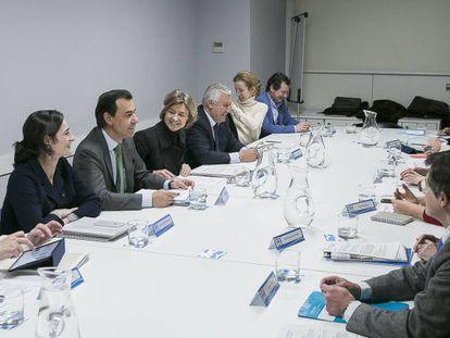 La ministra García Tejerina, Maillo y Arenas presiden la reunión del PP.