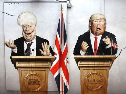 Cartel del programa satírico de la televisión británica 'Spitting Image', con las figuras del premier británico Boris Johnson y del presidente de EEUU Donald Trump, en el metro de Londres.