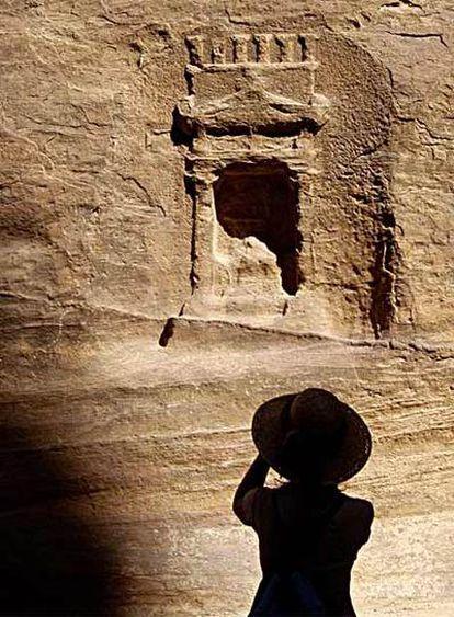 Una mujer fotografía una hornacina en el desfiladero de Siq, que conduce a la ciudad de Petra.