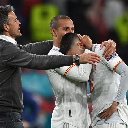 London (United Kingdom), 06/07/2021.- Spain's head coach Luis Enrique (L) reacts with his players Thiago Alcantara (C) and Pedri during the UEFA EURO 2020 semi final between Italy and Spain in London, Britain, 06 July 2021. (Italia, España, Reino Unido, Londres) EFE/EPA/Andy Rain / POOL (RESTRICTIONS: For editorial news reporting purposes only. Images must appear as still images and must not emulate match action video footage. Photographs published in online publications shall have an interval of at least 20 seconds between the posting.)