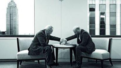 Roberto Saviano y Gari Kasparov juegan al ajedrez en Nueva York.