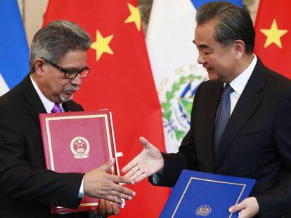 El canciller de El Salvador Carlos Castaneda y su homólogo chino Wang Yi, durante la ceremonia para establecer relaciones diplomáticas.
