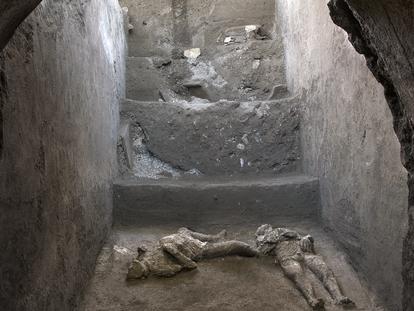 Cuerpos de dos víctimas de Pompeya, sorprendidos por la erupción del Vesubio en el año 79.
