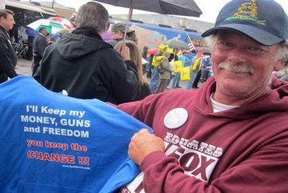 """Un simpatizante del Tea Party, con una camiseta en la que se lee: """"Me quedo con mi dinero, las armas y la libertad. Quédate tú con el cambio""""."""