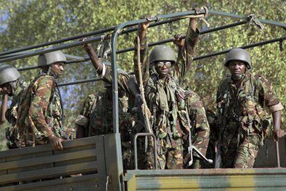 Tropas kenianas se dirigen a la frontera con Somalia el pasado 18 de octubre.