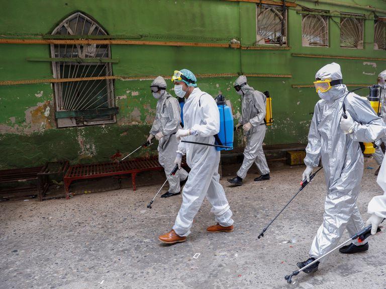 Voluntarios en Kabul (Afganistán) desinfectan las calles.