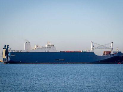El buque 'Bahri Yanbu', sospechoso de trasportar armas, el 6 de febrero en el puerto de Cherburgo (Francia).