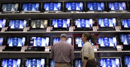 Televisores en un centro comercial de Madrid.