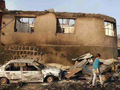 Coches y casas quemadas en Valparaíso (Chile) este domingo.