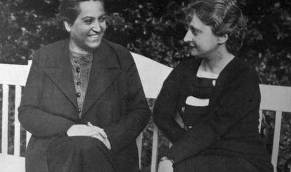Gabriela Mistral (izquierda) junto a la escritora española María Luz Morales.