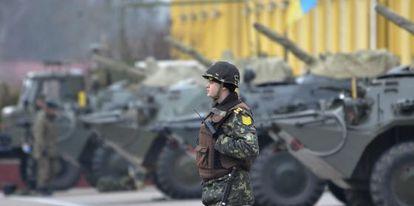 Un soldado ucranio hace guardia en una base militar en Lviv (Ucrania).