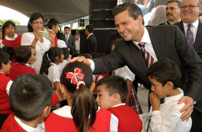 Enrique Peña Nieto saluda a estudiantes, el pasado 19 de agosto.