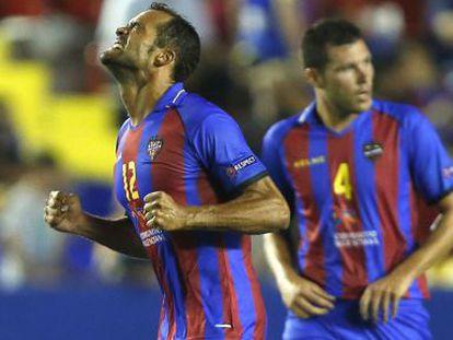 Juanfran celebra su gol