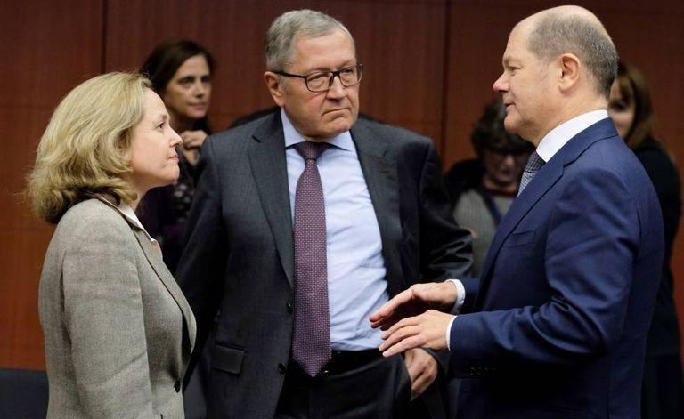 La ministra de Economía española, Nadia Calviño, conversa con el presidente del Mecanismo Europeo de Estabilidad (MEDE), Klaus Regling  (centro) y el ministro de Finanzas alemán, Olaf Scholz.