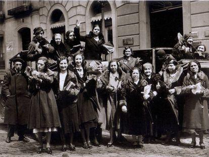 Sufragistas pidiendo el voto para la mujer en la calle de Alcalá, en 1932, foto del libro 'Alfonso. Cincuenta años de historia de España', recopilatorio de algunas de las fotografías más importantes del fotógrafo Alfonso Sánchez García.
