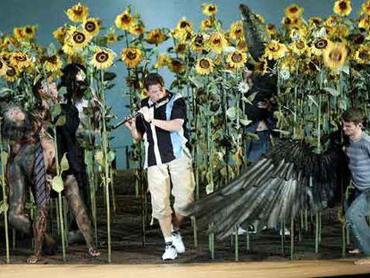 Michael Schade, en el centro, en el papel de Tamino en el nuevo montaje de la ópera La flauta mágica, con la que Riccardo Muti ha regresado a Salzburgo.