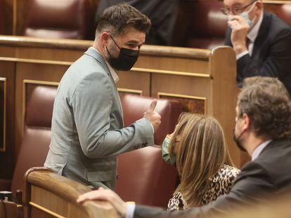 El portavoz parlamentario de ERC, Gabriel Rufián, pasa junto a diputados de Vox en el Congreso, el pasado mayo.