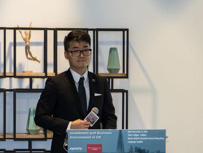 Simon Cheng, el empleado del consulado desaparecido, durante una conferencia en 2018.