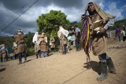 Indígenas borucas, de la zona sur del país, en una danza tradicional